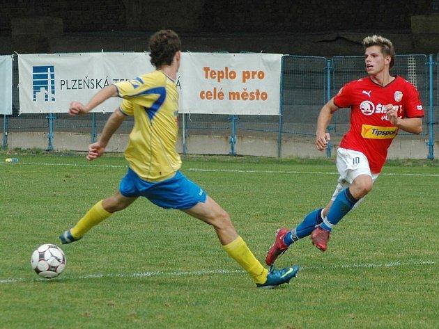 Ondřej Vrzal z Viktorie Plzeň B (vpravo) přihrává míč podél soupeře v nedělním utkání České fotbalové ligy proti Varnsdorfu.