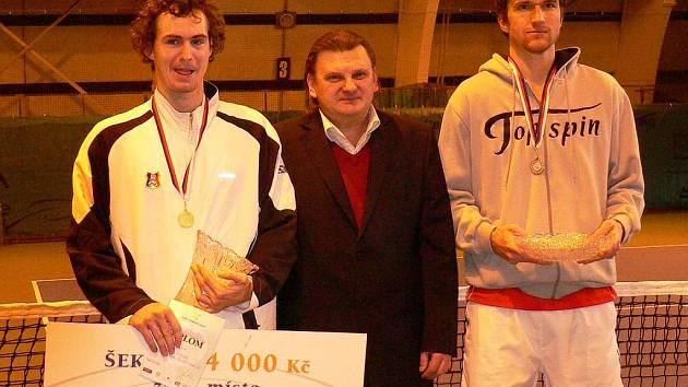 NEJLEPŠÍ. Vítězem dvouhry na halovém mistrovství České republiky v tenisu mužů se stal Jan Hernych (vlevo). Šek v hodnotě 64 tisíc korun vítězi turnaje předal prezident tenisového klubu TC Realsport Nymburk Zdeněk Mašek.