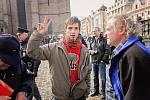 Střet příznivců a odpůrců amerického konvoje na náměstí Republiky v Plzni