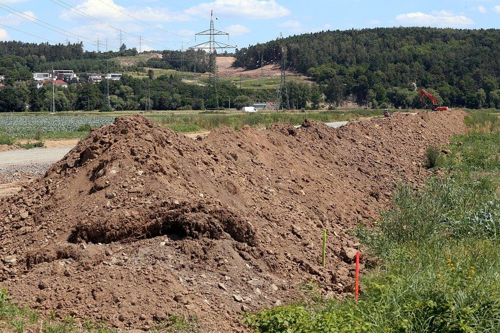 Poklepáním na základní kámen se v úterý slavnostně zahájila v Plzni Radčicích stavba městského okruhu v úseku Karlovarská - Křimická.