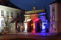 Trikolórou se rozsvítila historická brána Plzeňského Prazdroje i secesní budova Měšťanské Besedy v Plzni k jedenatřicátému výročí Sametové revoluce.