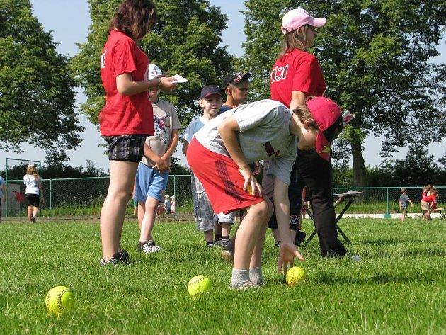 Se softbalem se na merklínském hřišti seznamovaly děti z tamní speciální i základní školy spolu s žáky základky ze Staňkova