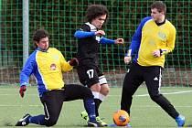 Autor jedné z branek Ondřej Ruml bojuje o balon mezi dvěma hráči Doubravky. Junioři Viktorie Plzeň na závěr přípravy se soupeřem z divize remizovali 2:2.
