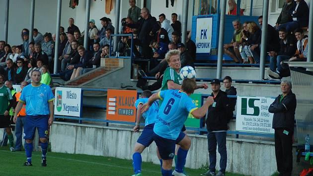 Rokycanský Filip Stejskal (v zeleném dresu) bojuje o míč s hráči Nepomuku (vpředu Marek Šafanda).