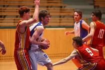 Basketbalisté Lokomotivy zvítězili nad Sokolem pražským 76:55 a oplatili svému soupeři porážku z prvního vzájemného střetnutí. Na archivním snímku z minulého kola uniká soupeři plzeňský Jakub Mandík (vpravo)