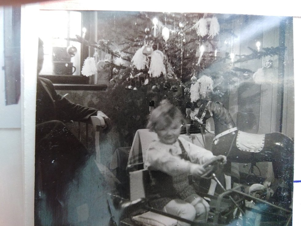 Malý Jirka Tůma slaví  doma Vánoce v roce 1941, tehdy mu bylo dva a půl roku.