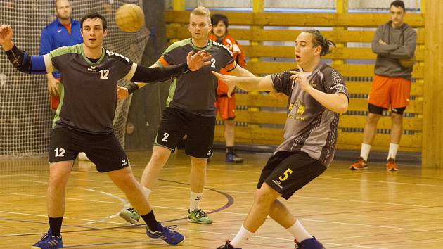 Bohatý na branky byl duel, ve kterém Přeštice porazily Tymákov 26:24. Na snímku  přeštičtí obránci Matěj Gruszka a Tomáš Hajžman (zleva) sledují rozehrávku Tymákova.