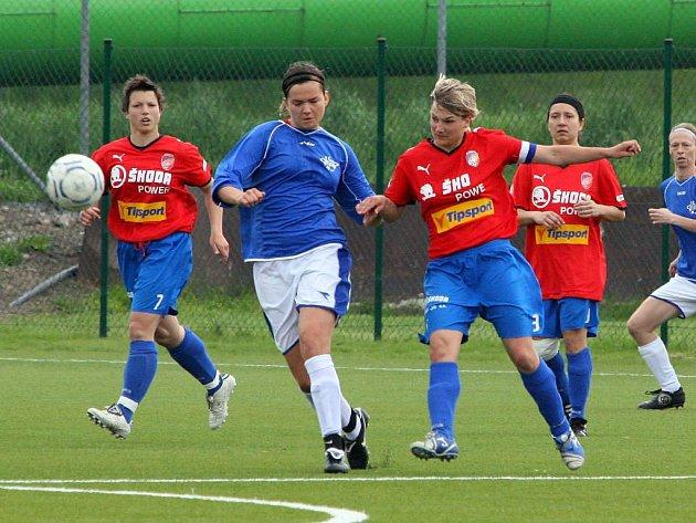 Fotbalistky Viktorie (v červeném) prohrály v přímém souboji o páté místo v Hradci Králové 0:3
