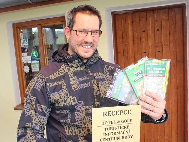 Manažer hořehledského golfového resortu Martin Kopčák stojí před Informačním centrem Brdy
