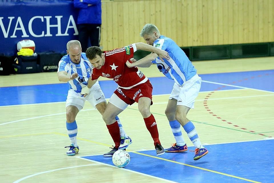 Čtvrtfinále mezi Plzní a Slavií je vyrovnané. První střetnutí vyhráli Pražané až v prodloužení. Na snímku futsalisté Interobalu Pavel Stejskal (vlevo) a  Michal Holý (vpravo)