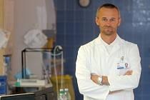 PŘEDNOSTA  I. interní kliniky Martin Matějovič už patnáct let vede tým, který se mimo jiné snaží zdokonalovat metody, které umožňují dočasnou náhradu funkce selhávajícího orgánu.