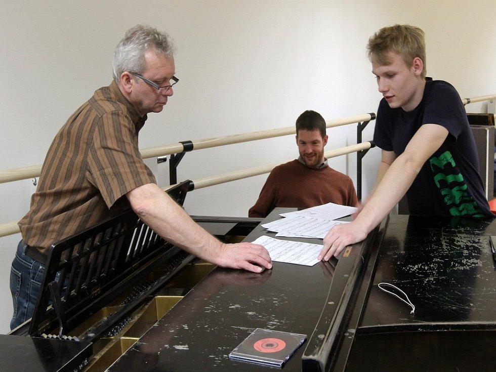 Václav Švarc (vpravo) předává dirigentovi Pavlu Kantoříkovi (vlevo) noty k písničce, kterou chce porotcům zazpívat.