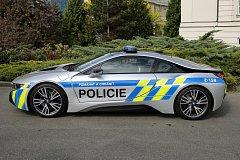 Plzenští dopravní policisté předvedli nové vozidlo BMW i8, v rámci prvnomájové vyjížďky motorkářů z Plzně na letiště v Plané.