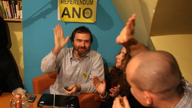 Aktivisté si výsledek lidového hlasování užívali v kavárně Seraf.