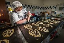 V pekárně u Marka se peklo velikonoční pečivo.
