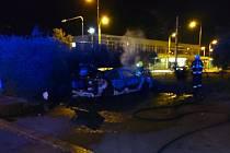 V noci na čtvrtek vybuchl u autobusového nádraží v Plzni osobní automobil.