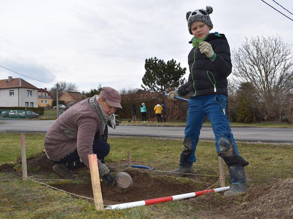 V Myslince na Plzeňsku si lidé vyzkoušeli práci archeologů.