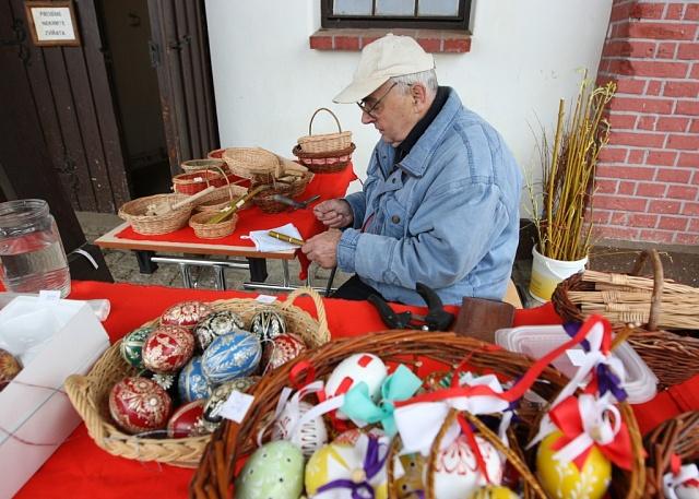 V mnoha krajích se udržuje tradice zdobení vajec původními technikami