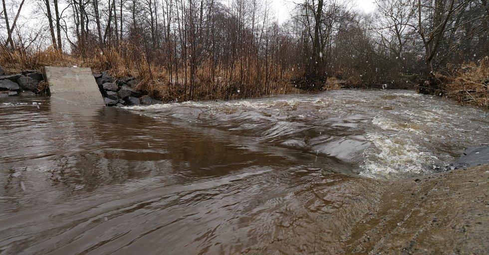 Vodočet u Červeného mlýna u Plané na Hamerském potoce uváděl stav prvního stupně povodňové aktivity v noci ze čtvrtka na pátek. V současné době zaznamenal vodní tok mírný pokles.
