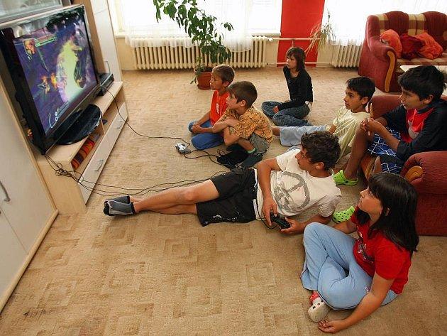 Hry uvnitř i venku zabaví děti z Dětského domova Domino v Plzni, než zase pojedou na tábor nebo ke své rodině. Baví je hlavně ty počítačové