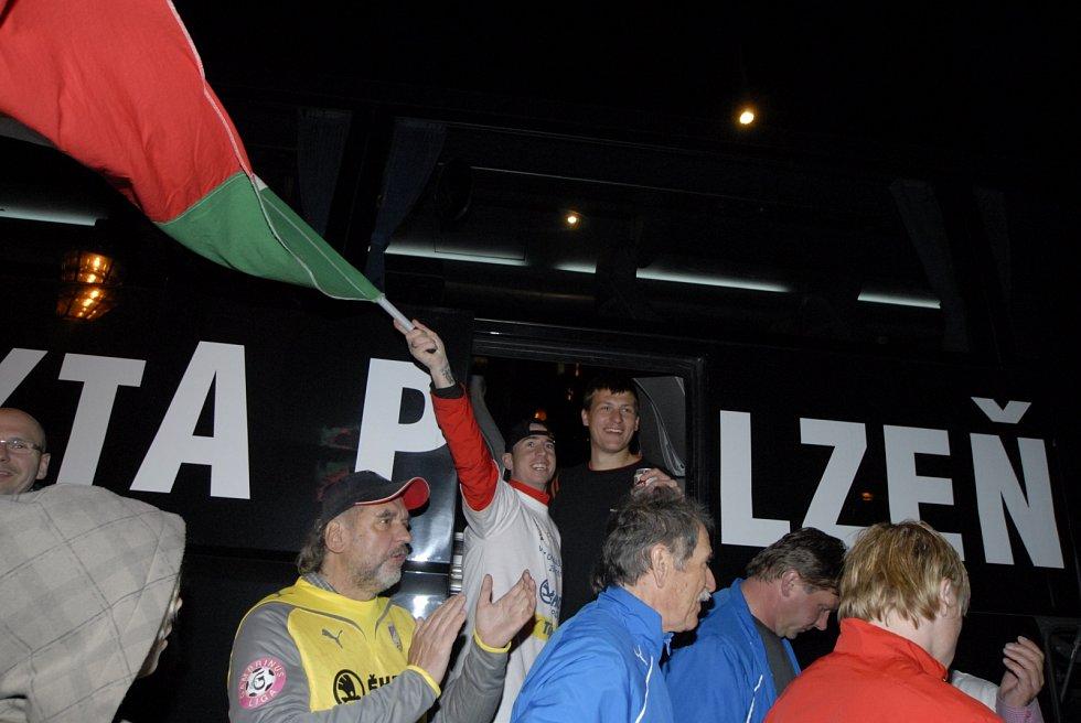 Triumfální návrat autobusem do Plzně pak zažili samotní hráči.