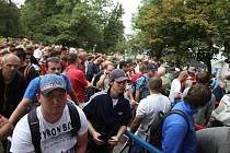 U pokladen Doosan Areny se od nedělního rána do odpoledne vystřídalo několik stovek trpělivých lidí