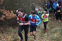 Jeden z prudkých kopců  na trati závodu Třikrát hradišťskou strání v Plzni zdolává ještě Matěj Kamenický před pozdějším vítězem Vlastimilem Šroubkem. Třetí běží nejrychlejší dorostenec  Martin Kočandrle.