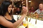 Na nové plaské pivo z Knížecího pivovaru se u pultu stály dlouhé fronty