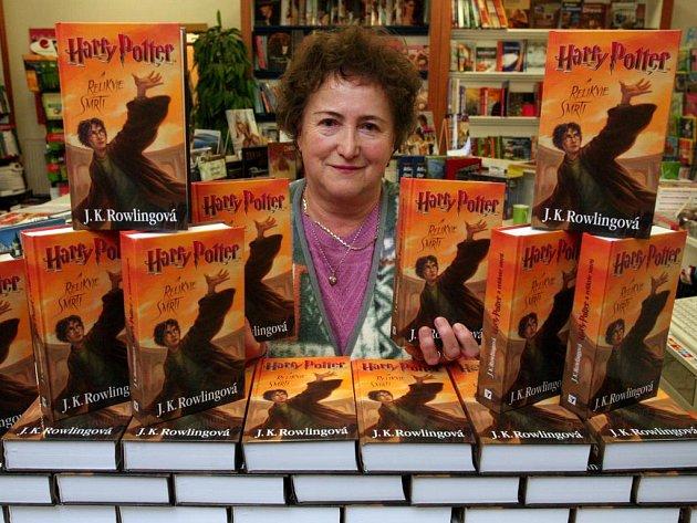 Sedmý, poslední díl série knih o kouzelníkovi Harry Potterovi s názvem Relikvie smrti ve čtvrtek dorazil i na pulty plzeňských knihkupectví
