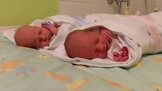 V porodnici U Mulačů se na 25. prosince narodila dvojčata Kadlecovi. O minutu starší Verunka vážila po porodu 2,5 kg a měřila 47 cm, mladší Martin pak 2,9 kg a 48cm. Z přírůstků se v Soběkurech raduje maminka Marika, tatínek Zbyněk a tříletá Lenička