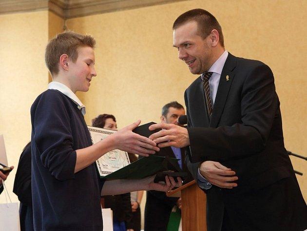 V roce 2012 byl vyhlášen nejlepším sportovce Plzně v kategorii žactva badmintonista Jan Louda. Na snímku mu předává ocenění primátor města Plzně Martin Baxa