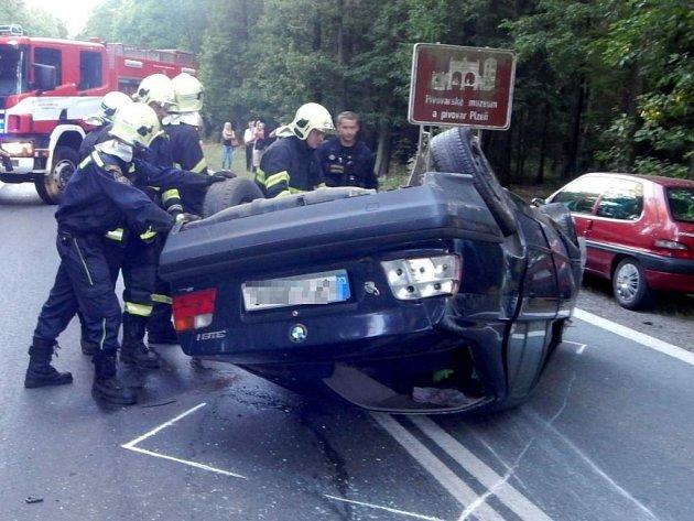 BMW skončilo na střeše, jako zázrakem se nikomu nic nestalo.