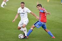 Utkání 27. kola první fotbalové ligy: Baník Ostrava - Viktoria Plzeň, 3. června 2020 v Ostravě. (zleva) Adam Jánoš z Ostravy a Aleš Čermá z Plzně.