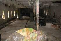 Ze zámku v Nekmíři se paintballisté přestěhovali do blízkých hospodářských budov