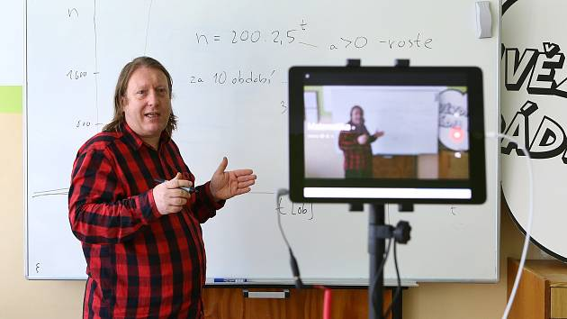 Na Gymnáziu Františka Křižíka v Plzni testují online výuku. Jednotlivé hodiny se streamují na internet. Po zkušebním provozu by výuka mohla být k dispozici od příštího týdne i žákům a studentům dalších škol v Plzeňském kraji.