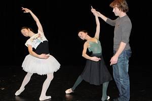 Ze zkoušky Popelky: představitelky titulní role Monika Mašterová (vlevo) a Colombe Hays s choreografem a režisérem inscenace Jiřím Pokorným, šéfem baletu Divadla J. K. Tyla. Premiéra je na programu 16. listopadu ve Velkém divadle v Plzni