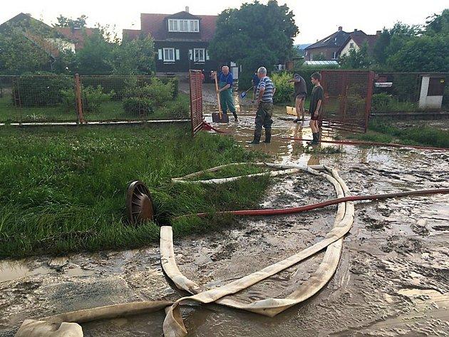 Následky bleskových povodní ve Šťáhlavech