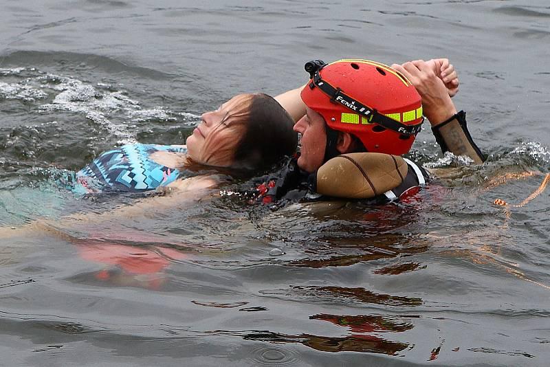 34 - Ukázka zásahu záchrany tonoucího z vody.