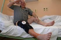 Plzeňský herec Přemysl Kubišta se musel v nemocnici podrobit operaci kolene, v němž měl naprasknutý vaz. Představení, ve kterém ztvárňuje Josefa Švejka, by však měl odehrát