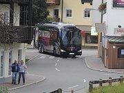 Klubový autobus s výpravou fotbalistů Viktorie Plzeň přijíždí do Westendorfu.