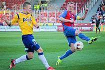 Jedním ze tří  hráčů současného kádru Teplic, kteří v minulosti oblékali dres Viktorie Plzeň, je záložník Jakub Hora (na snímku vlevo je v souboji s obráncem Viktorie Davidem Limberským).
