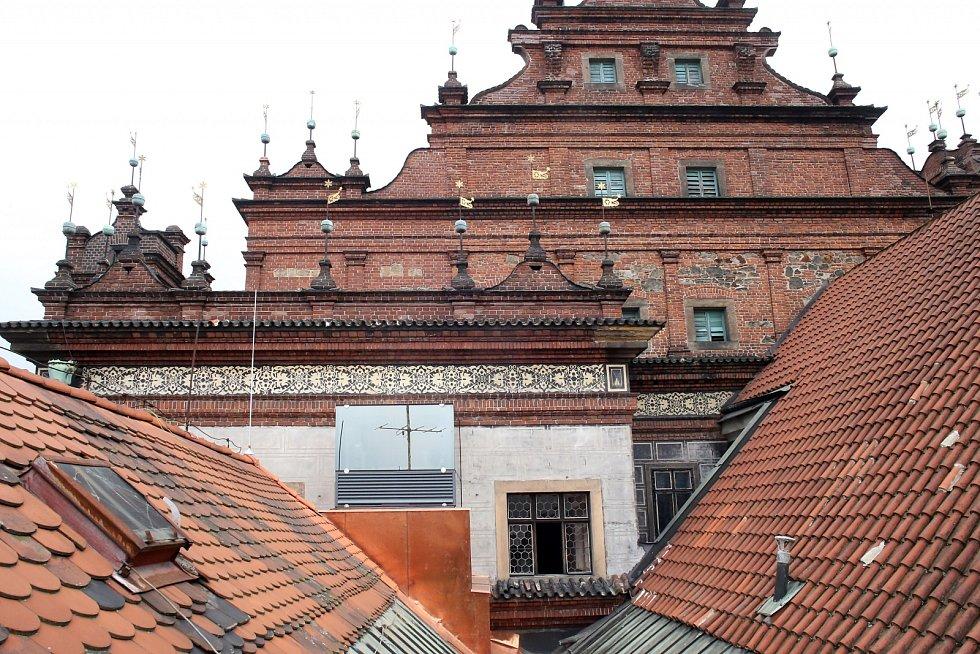 Výtah v zadním traktu radnice. Jeho šachta překukuje při pohledu ze dvora střechu Císařského domu o více než dva metry. Nastupuje se v suterénu radnice, na chodbu před sál zastupitelů ale výtah dojede už po zadní stěně budovy.