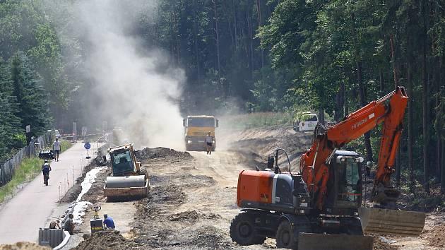 Oprava 1,1 km dlouhého úseku od Bílé Hory do Zruče zahrnuje rekonstrukci silnice a její rozšíření, výstavbu opěrných zdí, úpravu odvodnění, instalaci svodidel a dopravního značení.