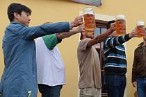 Moderátor korejské televize si v Plzni vyzkoušel soutěž v držení tupláku piva