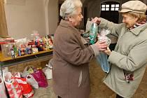 V sobotu se na plzeňském biskupství uskutečnila již tradiční sbírka dárků pro osamělé a potřebné lidi.