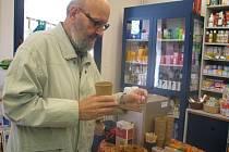 Ochutnávce Fair Trade výrobků v prodejně zdravé výživy v ulici V Šipce neodolal ani plzeňan Ivo Pavelka, který je v prodejně stálým zákazníkem, o Fair Trade ale slyšel poprvé