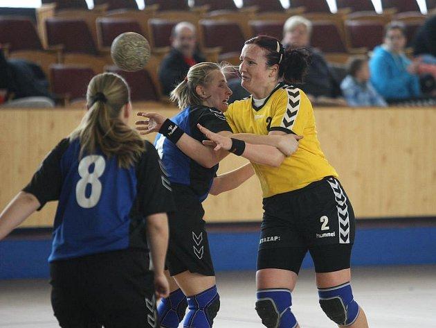 Nejlepší střelkyní DHC SVŠ Plzeň v utkání proti Chebu byla Petra Sedláčková (vpravo), která dala sedm branek. V západočeském derby vyhrála domácí Plzeň suverénně 29:15
