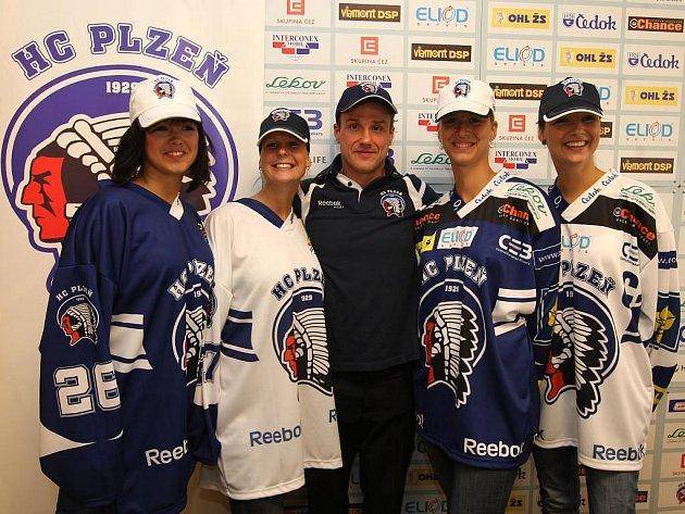 Generální manažer a kapitán mužstva hokejového klubu HC Plzeň 1929 Martin Straka v pondělí oficiálně představil na tiskové konferenci v plzeňském hotelu Marriot nové dresy pro sezonu 2009/2010.