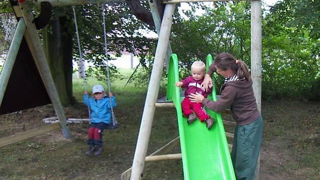 Úplně nové hřiště, které vyrostlo na farním pozemku u chrástecké mateřské školy, nabízí dětem spoustu atrakcí, například klasickou skluzavku