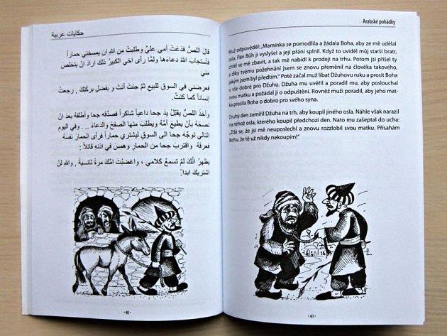 Na jedné straně knihy je arabský text pohádek, na protější straně český překlad.